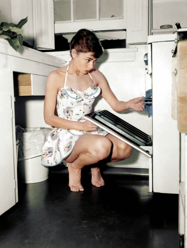 audrey_hepburn_checking_the_oven